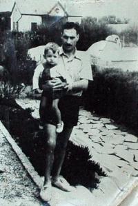 El aviador con su pequeño hijo Elvio en brazos, en una foto familiar
